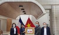 Đại sứ quán Việt Nam tại Pháp trao tặng khẩu trang cho các địa phương và tổ chức tại Pháp