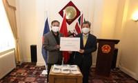 Trao tặng khẩu trang cho cộng đồng người Việt Nam tại Anh