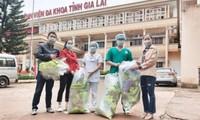 Tặng khẩu trang, mũ chống giọt bắn cho tuyến đầu chống dịch ở tỉnh Gia Lai