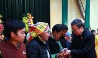 Phó Chủ tịch Quốc hội Phùng Quốc Hiển tặng quà Tết hộ nghèo huyện Văn Chấn (Yên Bái)