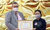 """Trao Kỷ niệm chương """"Vì hòa bình hữu nghị giữa các dân tộc"""" tặng Đại sứ Phần Lan tại Việt Nam Kari Kahiluoto"""
