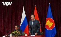 Bộ trưởng Ngoại giao Bùi Thanh Sơn gặp gỡ đại diện cộng đồng người Việt Nam tại Nga