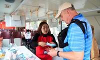 Hành khách đánh giá cao việc phát khẩu trang miễn phí trên tuyến buýt 2 tầng