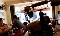 La cafetería de coleccionistas de objetos antiguos en Hanoi