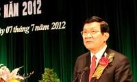 Vietnam elogia a personas con méritos revolucionarios