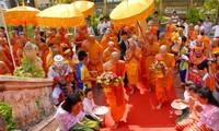 Monjes y creyentes jemeres de Tra Vinh reciben delegación budista de Cambodia