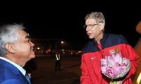 Saludan aficionados vietnamitas a los futbolistas de Arsenal