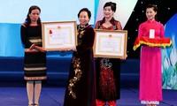 15 grupos e individuos femeninos honrados por sus aportes sociales en 2013