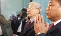 Dirigente partidista ofrenda inciensos a Ho Chi Minh