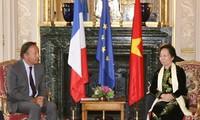 Políticos franceses apoyan soluciones pacíficas para asunto del Mar Oriental