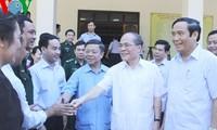 Presidente del Parlamento vietnamita con electores de Ha Tinh