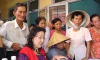 Ministerio de Defensa de Vietnam se solidariza con personas y familias meritorias