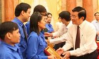 Presidente vietnamita reunido con representantes de jóvenes sobresalientes
