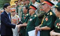 Presidente vietnamita recibe a ex soldados de la división número Uno