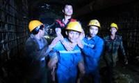Dirigentes vietnamitas felicitan a los participantes en el rescate de constructores