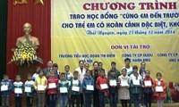 Dirigente vietnamita distribuye becas a estudiantes necesitados