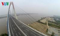 El panorama de la puente de Nhat Tan y la carretera más moderna de Hanoi