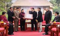 Líderes del país visitan a compatriotas necesitados en ocasión del Tet 2015