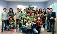 Estudiantes extranjeros en Vietnam celebran alegremente el Tet