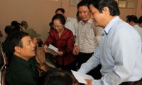 Dirigente vietnamita visita familias con méritos revolucionarios