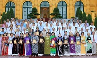 Recibe la vicemandataria a personas con méritos revolucionarios de Dong Thap
