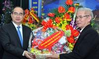 Dirigentes vietnamitas felicitan comunidad cristiana por Navidad