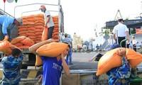 Gran cantidad de mercancías para compatriotas en Truong Sa por el Tet