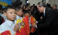 Brindan ayudas a personas de situación difícil en Vietnam para un Tet feliz