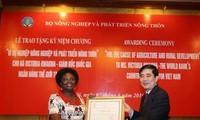 Honran a ex presidenta del Banco Mundial en Vietnam