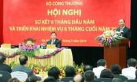 Premier vietnamita exhorta a mayor empeño del sector industria-comercio