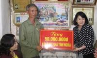 Entrega vicepresidenta vietnamita obsequios a víctimas de Agente Naranja