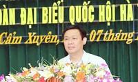 Vice primer ministro de Vietnam con votantes de provincia central