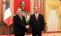 Presidente vietnamita recibe a nuevos embajadores de varios países