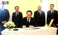 Presidente de Vietnam rinde homenaje al desaparecido rey tailandés