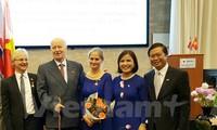 Condecora Vietnam a amigos noruegos