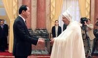 Presidente de Vietnam recibe a nuevos embajadores en Hanoi