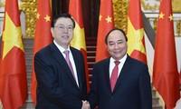 Dirigentes vietnamitas reciben al líder parlamentario de China