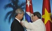 Condecorado en Cuba embajador de Vietnam