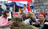 Alegre mercado Dao San en Lai Chau