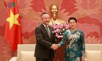 Presidenta del Parlamento vietnamita recibe a embajadores foráneos