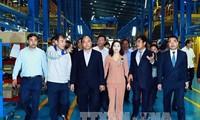 Premier vietnamita visita planta de montaje de automóviles en Ninh Binh