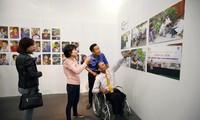 Esfuerzos de superación de discapacitados resaltan en exposición en Hanoi