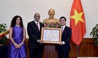 Embajador cubano en Vietnam condecorado con la Orden de Amistad