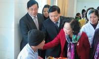 Dirigente del Partido Comunista visita a pacientes de cáncer en provincia norteña