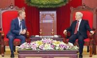 Líder político vietnamita recibe al nuevo embajador del Reino Unido