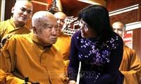 Vicemandataria vietnamita visita a religiosos budistas en Dong Nai