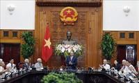 Primer ministro vietnamita se reúne con los encargados de servir y proteger al presidente Ho Chi Minh