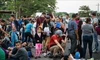Centenares de inmigrantes acampan en la frontera de México y Estados Unidos