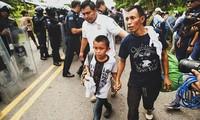 México detiene a caravana de migrantes en su avance hacia Estados Unidos