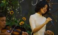 Jóvenes artistas vietnamitas interprentan la música de Trinh Cong Son